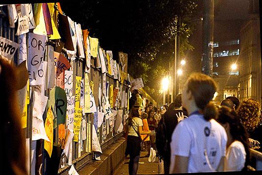 Cartazes na Praça da República, Rio de Janeiro.
